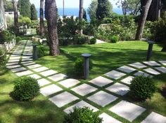 22 Awesome Stepping Stone Path Through Front Yard Garden Design