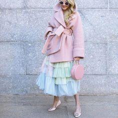 Как привлечь внимание уличных фотографов во время моды неделя тюль юбка и пастельные розовый пальто