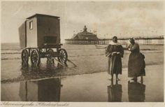 Strand, ter hoogte van het Kurhaus, gezien naar het wandelhoofd Wilhelmina; op de voorgrond een badkoets met twee badvrouwen. ca 1930 Weenenk & Snel, Den Haag-Utrecht, nr. Sev. 48/8434 #ZuidHolland #Scheveningen