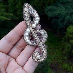 """Спешу поделиться своей новиночкой -брошь """"скрипичный ключ"""".Помню, как в музыкальной школе выводила этот знак и как долго он у меня не получался красивым 🙈А как вам такой вариант скрипичного ключа? #ручнаяработаназаказ #ручнаяработа #украшенияручнойработы #брошьручнойработы #брошь #брошьворонеж #брошьназаказ #брошключ #скрипичныйключ #модныйаксессуар #мода #модныйприговор #модныйобраз #хендмейд #handmade_ru_jewellery"""