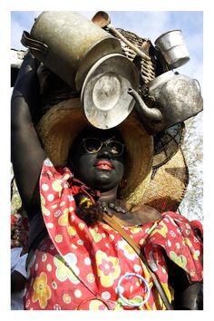 Na Festa dos Lambe-Sujos e Caboclinhos, Mãe Suzana é a matriarca que alimenta os negros. Por isso, carrega na cabeça utensílios de todo tipo. Foto: Lucio Telles.