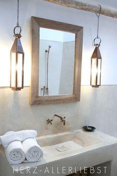 baño con luces al costado del espejo