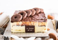 Golosa al cioccobiscotto: fragrant puff pastry with Chantilly cream and a chocolate biscuit heart and decoration. Chantilly Cream, Chocolate Biscuits, Fresh Cream, Pastries, Tiramisu, Sweets, Decoration, Heart, Cake