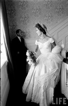 Wedding of Jackie Kennedy and JFK - Jacqueline Kennedy Wedding Dress Pictures Jacqueline Kennedy Onassis, John Kennedy, Jackie Kennedy Wedding, Estilo Jackie Kennedy, Les Kennedy, Jaqueline Kennedy, Carolyn Bessette Kennedy, Jackie O's, Jacklyn Kennedy