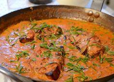 Sådan bliver din kotelet lækker og saftig. Lone Landmand serverer den her i en dejlig svampe-flødesauce med timian, hvidløg og tomat.