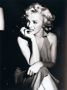 Norma Jeane Mortenson – who will become better known around the world as the glamorous actress and sex symbol Marilyn Monroe – is born on June in Los Angeles, California. Monroe was raised… Marilyn Monroe Frases, Fotos Marilyn Monroe, Marilyn Monroe Poster, Marylin Monroe Pictures, Marilyn Quotes, Hollywood Glamour, Classic Hollywood, Old Hollywood, Hollywood Photo