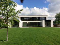 Modern Residence from Kris-Vandenbroeck Architecture Bungalow House Design, Modern House Design, Contemporary Design, Modern Architecture House, Amazing Architecture, Villa Design, Design Art, Facade House, Modern Exterior