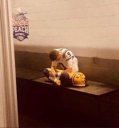 Cool Pic of Burrow College Football News, Football Stuff, Cfp National Championship, Nfl Jerseys Men, Lsu Tigers Football, Alabama Football, American Football, Peach Bowl