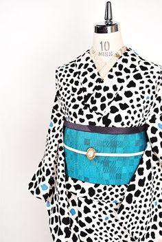 白地に紺でレオパードパターンが大胆なストライプを描き出す化繊の浴衣です。