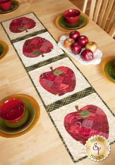 Patchwork Table Runner, Table Runner And Placemats, Table Runner Pattern, Quilted Table Runners, Apple Table, Apple Decorations, Place Mats Quilted, Shabby Fabrics, Vintage Fabrics