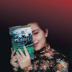 Você fica mais bonita com um livro nas mãos. 📖  #livros #books #bookstagram #igliterario #amoler #lovebooks #ohobbit #tolkien… O Hobbit, Tolkien, Class Ring, Playing Cards, Instagram, Stay Alone, Olive Tree, Livros, Pretty