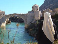 Bosnia-Erzegovina, viaggio nella terra a forma di cuore. Riflessione al ponte di Mostar © Fotografia di Giovanni Boscherino