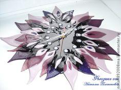 Часы `Дикая орхидея`. Фьюзинг. Часы выполнены из американского стекла Spektrum.  Стильные, необычные, придадут неповторимый вид вашему интерьеру. Часики в форме цветка отлично впишутся в спальню, гостиную, на кухню!    ------------------------------------------------------------ …