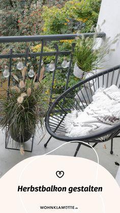 Wenn die Sommerblumen verblüht sind und die Tage kürzer werden, ist es höchste Zeit, Deinen Herbstbalkon zu gestalten. Wir geben Dir hilfreiche Tipps, welche Pflanzen sich dafür eignen und wie es auf Deinem Balkon auch im Herbst gemütlich wird. Outdoor Furniture, Outdoor Decor, Hanging Chair, Hammock, Home Decor, Summer Flowers, Helpful Tips, Balcony, Decorating