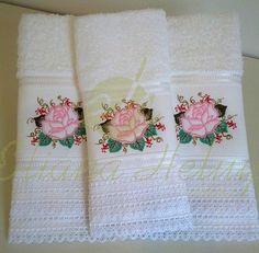 Conjunto de toalha de rosto e lavabo bordados e acabamento com renda de algodão. Set of face towel and toilet embroidery and finished with cotton lace.