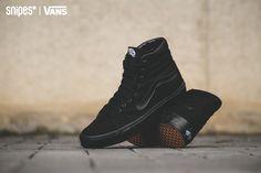 """Die ultimative Skate-Ikone von VANS in """"All Black""""! Der Sk8-Hi bekommt ein schwarzes Textil-Upper und natürlich das klassische VANS Waffel-Sohlenprofil, welches hier als """"Gum Sole"""" daherkommt. Sizerun: 36-45 Preis: 74,99 Euro #snipes #snipesknows #sneaker #vans #allblackeverything"""
