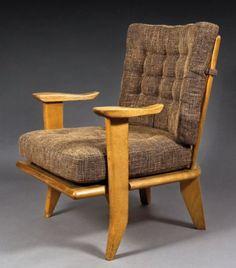 GUILLERME ET CHAMBRON. Edition Votre Maison 1960. Suite de trois fauteuils en chêne à accotoirs détachés. H : 84 cm Assise : 40 cm A set of three oak armchairs. Circa 1960.