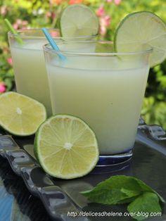 Quand il fait chaud, on a envie de boire quelque chose de frais et qui désaltère. La citronnade est bien rafraîchissante dans ces occasions. Voici la recette de Coco: Pour 2 litres de citronnade 3 citrons non traités 1 citron vert 5 cuil. à soupe de sucre... Sorbets, Quelque Chose, Cocktails, Drinks, Coco, Glass Of Milk, Detox, Blog, Desserts