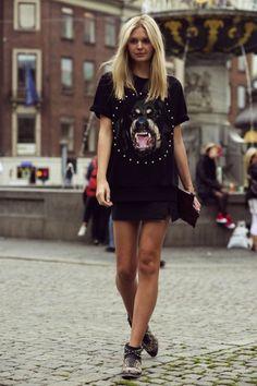 Mini saia de couro preta com camiseta boyfriend.  Imagem referência: google.