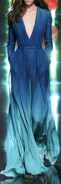 Blaue Farbverläufe plätscherten bei Elie Saab über den Laufsteg #eliesaab #bluefashion