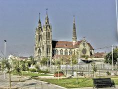 Basílica de Nuestra Señora del Perpetuo Socorro: es un templo católico ubicado en Santiago. Su diseño de estilo neogótico.