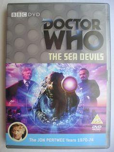 """""""The Sea Devils"""", è un'avventura della settima stagione della serie classica di """"Doctor Who"""" trasmessa nel 1972 con il Terzo Dottore e Jo Grant. Segue """"The Curse of Peladon"""", è composta da sei parti, scritta da Malcolm Hulke e diretta da Michael Briant. Immagine dall'edizione britannica del DVD. Clicca per leggere una recensione di quest'avventura!"""
