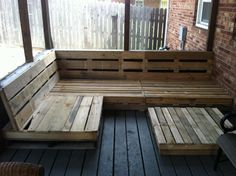 pallet deck bench diy pallet projects, home Pallet Porch, Pallet Decking, Pallet Sofa, Diy Furniture Easy, Porch Furniture, Diy Pallet Projects, Home Projects, Pallet Ideas, Pallet Wrap