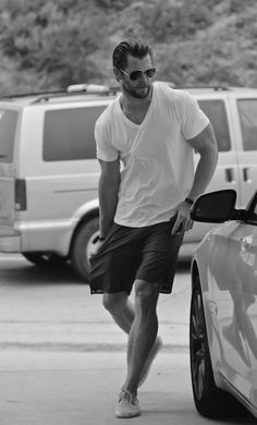 Men Summer Fashion with Chris Hemsworth Mode Masculine, Casual Wear, Men Casual, Casual Shorts, Look Man, Men With Street Style, Herren Outfit, Hommes Sexy, Fashion Moda