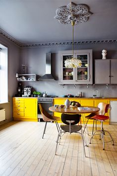 Yellow kitchen will be so much attractive for any home design whether big or small. It gives your room a bright color and more spacious. So, here are some yellow kitchen ideas for designing your kitchen room. Grey Yellow Kitchen, Yellow Kitchen Designs, Kitchen Colour Schemes, Best Kitchen Designs, Yellow Kitchens, Colorful Kitchens, Kitchen White, Yellow Kitchen Decor, Pastel Kitchen