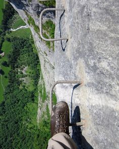 8 via ferratas, which softens your knees Via ferrata between Mürren and Grimmelwald Bushcraft Camping, Camping And Hiking, Hiking Trails, Hiking Tattoo, Primitive Survival, Survival Shelter, Outdoor Recreation, Mountaineering, Where To Go