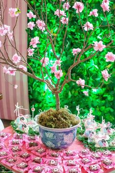 Decoração no tema Kokeshi – Blog Inspire sua Festa Butterfly Garden Party, Butterfly Birthday Party, Garden Birthday, Asian Party Decorations, Bridal Shower Decorations, Party Themes, Cherry Blossom Theme, Rama Seca, Japanese Party