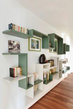 libreria colorata parete