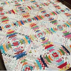 I posted this almost a year ago and I still love to go back and stare at this beautiful #pineapplequilt by @missluella1. #southernfabric #quilting