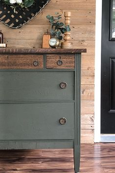 This rustic dresser makeover tutorial will show you how to take an ugly duckling dresser and turn it into a swan in a few short steps. Diy Furniture Renovation, Diy Furniture Projects, Refurbished Furniture, Farmhouse Furniture, Paint Furniture, Furniture Makeover, Dresser Makeovers, Dresser Ideas, Dark Furniture
