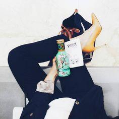 """Mientras espero el avión he pensando: """"Voy a beber algo sano"""" y he comprado el té que veis. Ahora me pregunto Esto es sano o si le doy la vuelta puede que lea trillones de azúcares? . Refelexiones tontas de aeropuerto... . #dramascotidianosreales #misdiasdeinvierno #airport #aeropuertomadrid #fromwhereistand #jj_forum_1459 by vicavp"""