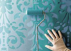 Decorando con la técnica del stencil. Consiste en pintar sobre una plantilla de acetato (o cartón) copiar el motivo que más te guste. Luego lo recortas con un cúter (o trincheta) con un corte prolijo y sin fisuras. Puede ser una buena idea para el cabezal de la cama. Puedes usar aerosol o pintura acrílica, es muy cubritiva y la encuentras en varios colores.Para aplicarla, puedes recurrir a esponjas, algodones, rodillos.