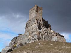 """CASTLES OF SPAIN - Castillo de Atienza (s.XI), Guadalajara. En torno a este castillo musulmán, con el que """"El Cid"""" evitó entablar combate al considerarlo como """"una peña mui fuert"""", surgieron las batallas a lo largo de toda la Edad Media. En el año 870 fue conquistado por Alfonso III el Magno, pasando otra vez a los moros poco después. La conquista definitiva de Atienza y su castillo fue en 1085, cuando Alfonso VI tomó Toledo, rindiéndose al mismo tiempo los enclaves más significativos del…"""