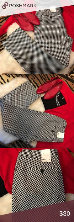 """Black and white chic geo print new cropped pants Adorable black and white geo print pants. Originally $44. Love love love but lost weight and hang on me. Brand new- 18"""" waist flat; 28"""" inseam. If I don't sell I'm getting altered. They are worth it. Stylus Pants Ankle & Cropped"""