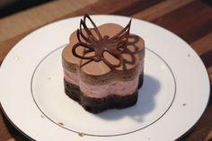 søde kager med chokolade og hindbærmousse og en lille sommerfugl af chokolade