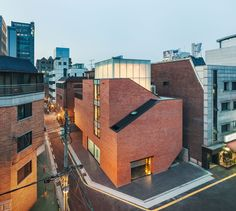 This modern recording studio design impresses with an unusual facade free from windows. Within a geometric architectural language, the recording studio unveils simplicity and an inspiring play of opaque and semi-transparency. Imposing a modern touch in the densely populated residential area on the inner side of Dosan-daero (in Gangnam-gu, Seoul, South Korea), this sleek brick structure sheltering the Nonhyun Limelight Music