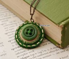 Felt Penny Rug Button Necklace in Pine Green Button Art, Button Crafts, Jewelry Crafts, Handmade Jewelry, Do It Yourself Jewelry, Crochet Diy, Button Necklace, Felt Necklace, Penny Rugs