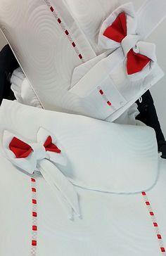 detalle de entredos con cinta roja en caracolas blanco