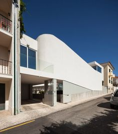 Lisbon-based architect António Costa Lima designed the house for a family that had lived in several places around the world, but that was now looking to settle on the Portuguese Riviera near Lisbon.