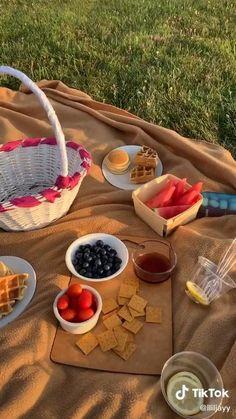 Picnic Date Food, Picnic Time, Picnic Ideas, Beach Picnic Foods, Picnic Parties, Picnic Recipes, Comida Picnic, Cute Date Ideas, Picnic Birthday