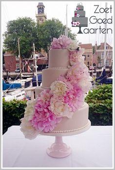 Champagne kleurige bruidstaart met echte pioenrozen (biologisch)  Champage coloured wedding cake withe real peonies