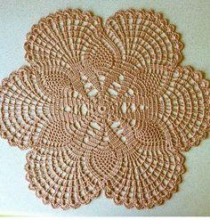 (Vídeo) aprenda a fazer crochê passo a passo agora mesmo, clique na foto. -------------------------------------------------------------------   #crochê #bordado #tricô #tricotar #crochetar #croche, crochês, crochê para iniciante, crochê passo a passo, crochê de grampo, crochê gráfico, crochê moderno, crochê em barbante,  crochê diferente, crochê crochê, crochê bordado Crochet Dollies, Crochet Lace Edging, Thread Crochet, Crochet Flowers, Crochet Home, Love Crochet, Crochet Crafts, Crochet Projects, Crochet Stitches Patterns