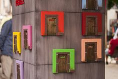 Mercado de diseño y artesanía al aire libre en la Plaza del 2 de mayo. Puertas del ratoncito Pérez, sillitas en miniatura, casas nido y más productos hechos a mano.