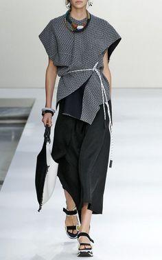 Kimono : le haut et le bas asymétriques, les détails noirs et blancs, le tout très structuré.