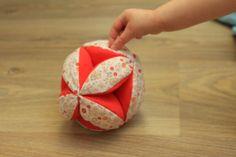 Balle de préhension Montessori. [TUTO] J'adore l'idée ;-)                                                                                                                                                                                 Plus