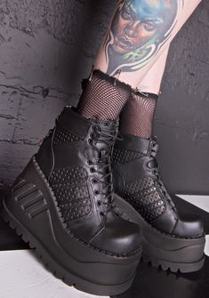 Demonia Analog Stomp Boots are gunna disrupt their surveillance just long enough fer you to get away… These sikk boots feature a vegan leather construction, perforated panels, double stripe detail, ultra thick platform, O-rings danglin' off the back and tongue, and lace-up closures.